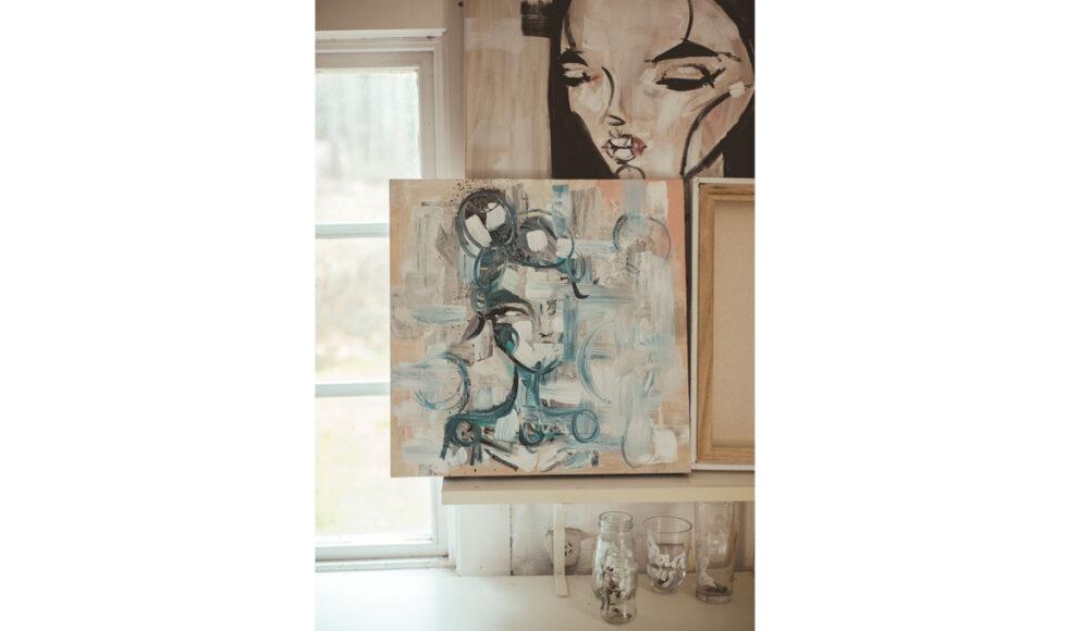 – De som köper konsten får vittnesbördet på köpet, säger Sara Woodrow.