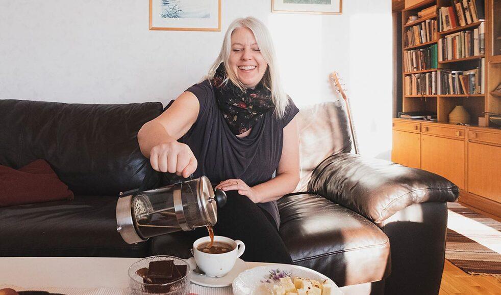 Maria bjuder på kaffe i en mugg med motivet av den samiska flaggan och berättar hur bra hon trivs i den lilla byn dit hon har flyttat. Bild: Lovisa Fundell