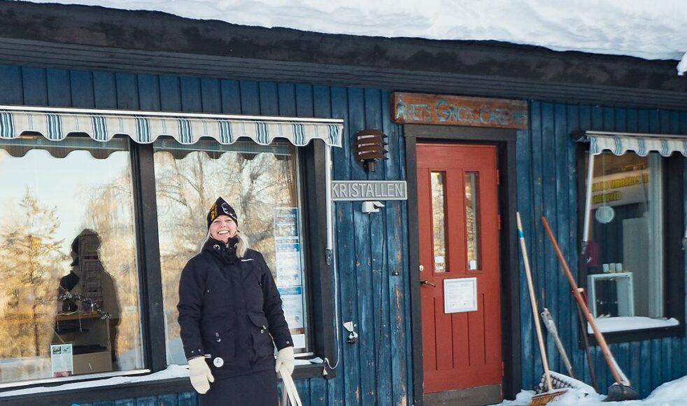 I byn Lannavaara färdas många på spark under vinterhalvåret då hela samhället är täckt av snö. Marias favoritplats i byn ligger strax bakom detta hus, nere vid älven.