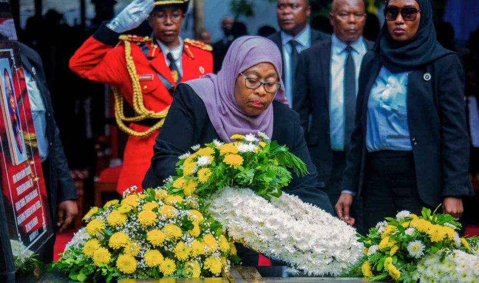 Tanzanias nya president Samia Suluhu Hassan sörjer sin bortgångne företrädare John Magufuli. Bild: TT