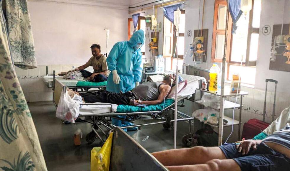 Covid-avdelningen på sjukhuset i Padhar är fylld till bristningsgränsen. Behovet av syrgas är akut, trots att sjukhusets egen tillverkning sker till full kapacitet.