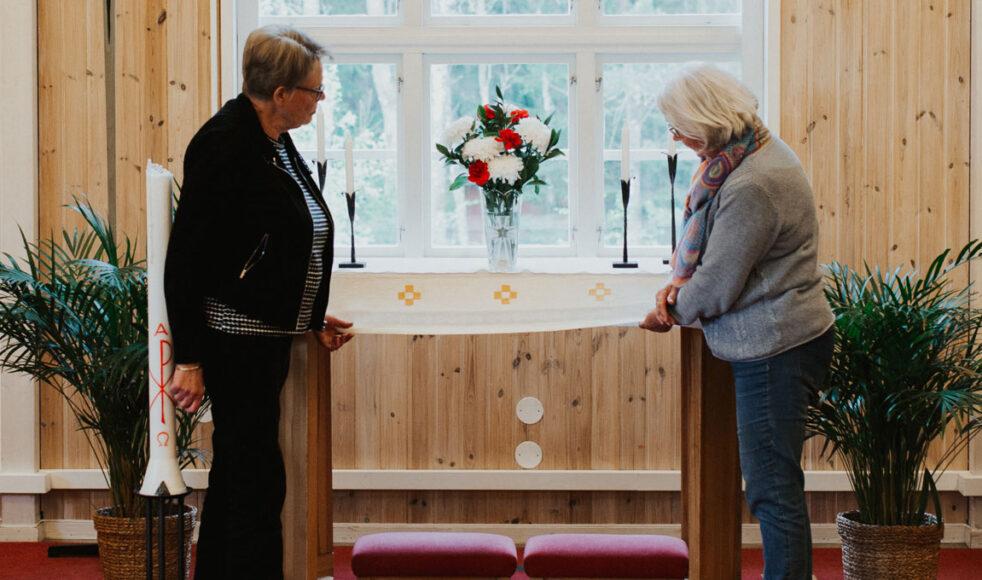 Gunilla och Kerstin har skapat Öjersjökyrkans altarduk tillsammans.  – Den får bli som ett minne av något vackert som kom ur den här pandemin, säger Kerstin.