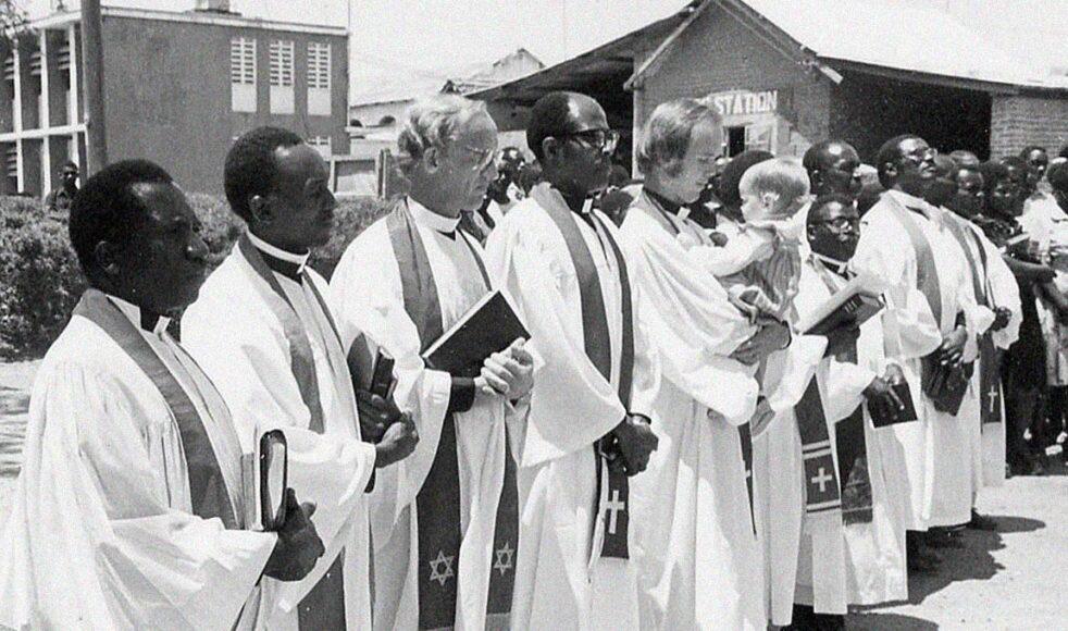 Rune prästvigs i Iringa 14 Sept 1980. Rune håller i ettåriga dottern Anna-Sara. När han åkte ut var han endast avskild som EFS-predikant, prästvigningen gjorde att han fick förvalta sakramenten i den Lutherska kyrkan.