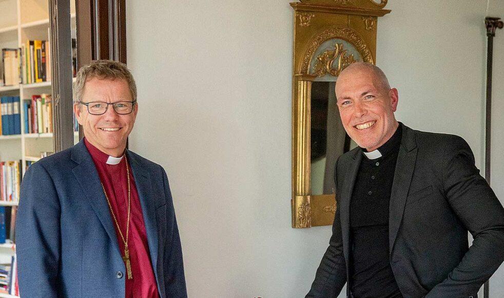 Magnus Persson har rest runt i landet för att samla material till Kunskapslyftet. Här i samtal med biskop Andreas Holmberg om samverkansprojektet. Bilder: Rickard L. Eriksson