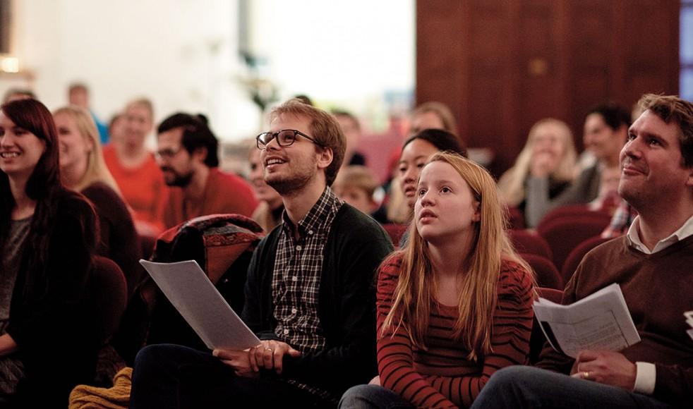 Stämningen i adventsfirandet är god. Svenskarna tar ton i välkända och traditionsenliga julsånger.