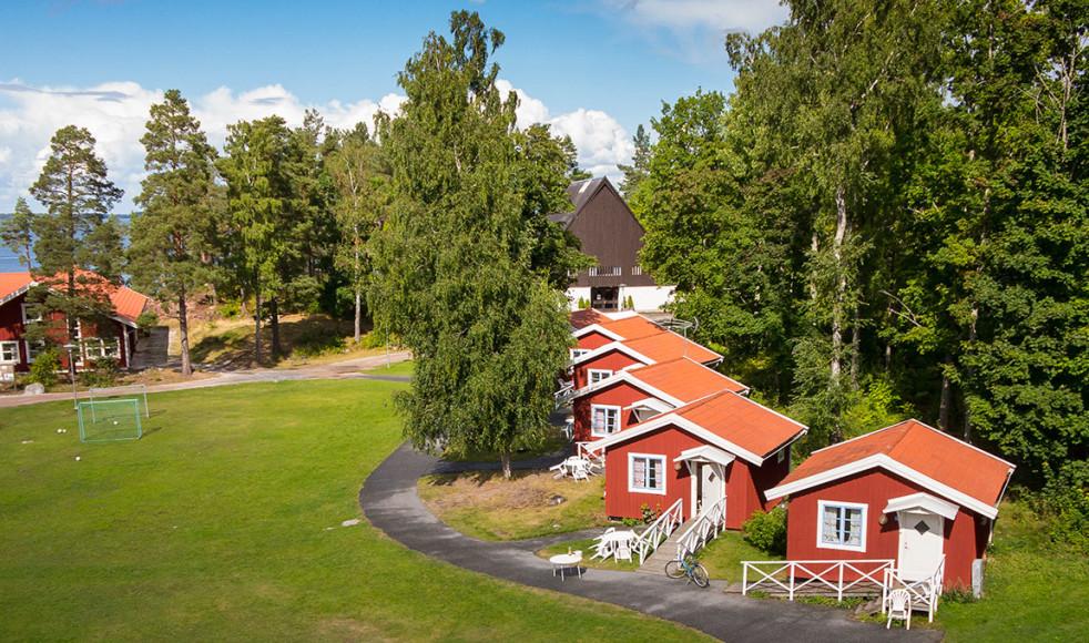 Hjälmargården är populär plats för många stora läger med både camping och stugby precis vid Hjälmarens strand.