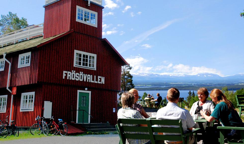 Natursköna Frösövallen med Jämtlands hela fjällvärld som fond.