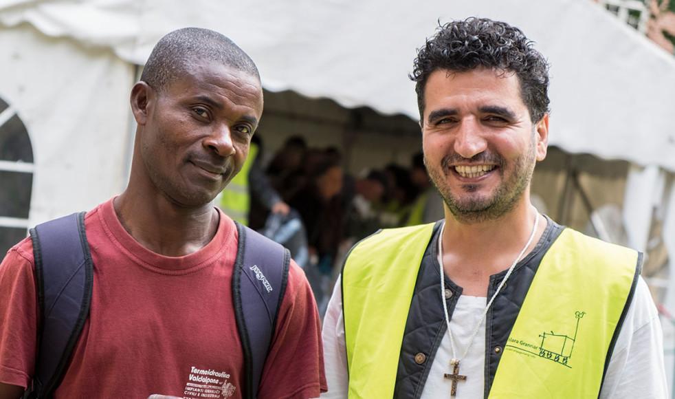 Stephen Okebaram och Kavian Ferdowsi är två av de hundratals personer som möts vid matutdelningen vid Klara kyrka varje dag.