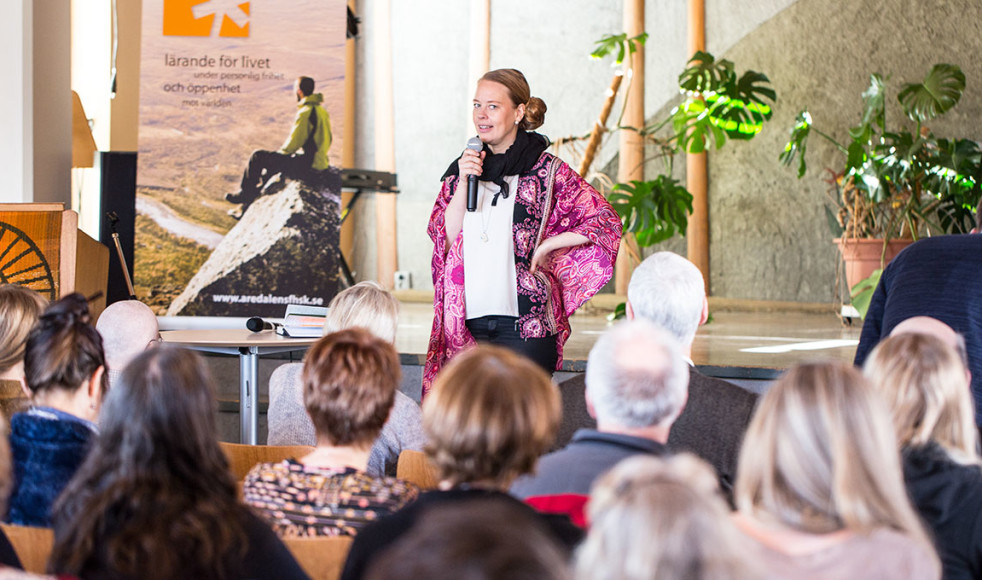 Folkhögskolor – en viktig part vid integration. Emelie Erixon, chef för alla boenden för ensamkommande flyktingbarn i Åre kommun, gästade årets folkhögskoledagar och uttalade ett stort förtroende för det arbete som skolorna bedriver.