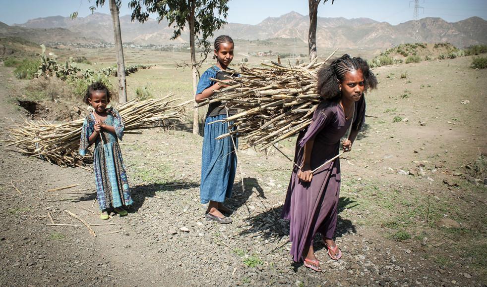 Systrarna 13-åriga Bri Kyros (längst fram), 12-åriga Akassa Kyros och 8-åriga Sosa Kyros får gå flera kilometer för att leta efter ved och vatten.