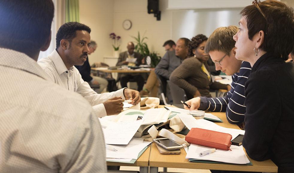 Från vänster: Yonas Tesfaye, från Hope for Children i Etiopien, i samtal med Henrik Näslund och Kerstin Oderhem.