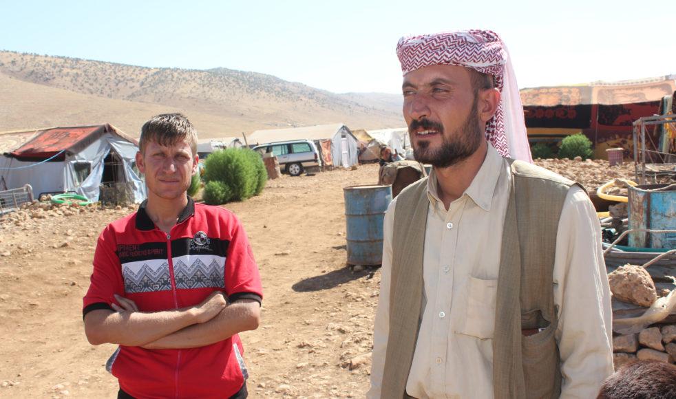 Nasser Hajj (till vänster) och Kawal Hassan (till höger) är några av drygt 15 000 yazidiska internflyktingar som lever i läger på Sinjar-bergets sluttningar sedan augusti 2014 i väntan på att IS ska drivas bort från deras byar.