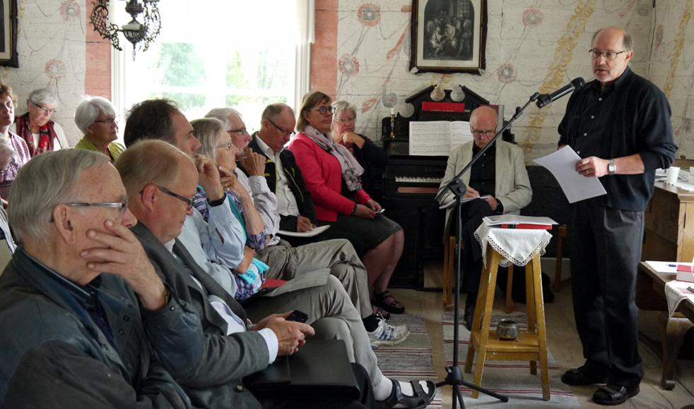Drygt 35 personer lyssnade  på LarsOlov Erikssons föreläsning i Roseniusgården. Ämnet var  »Rosenius som stadsmissionär«.