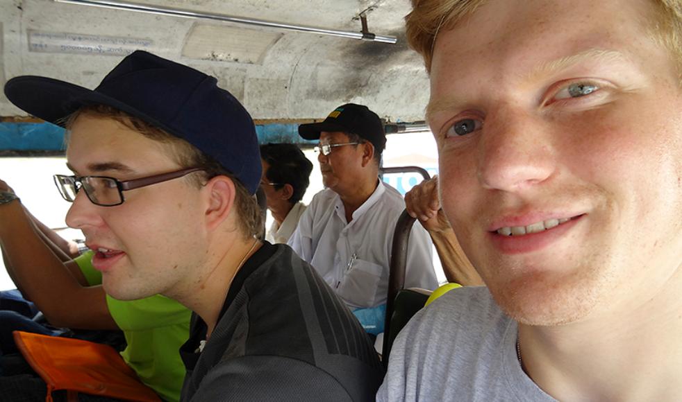 Här reser Oskar tillsammans med sin volontärkamrat Kristoffer Lindve, till höger, med buss i Myanmar.