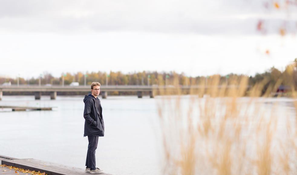 Numera är Oskar tillbaka med ett nytt hopp för Sverige och läser lovsångslinjen på Dalkarlså folkhögskola, utanför Umeå.