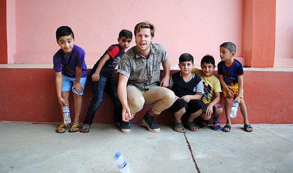 Johannes visar några barn leken Bottle flip challenge, något som uppskattades och upprepades många gånger under resan.