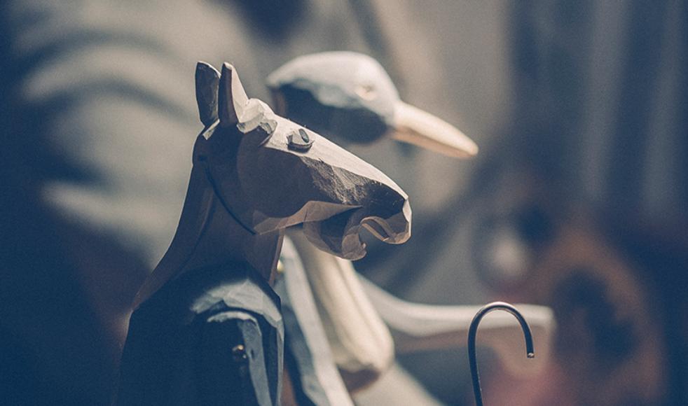 Ett själsporträtt? När sonen Jonatan, som är slöjdare och gjort en del personliga skulpturer, skulle ge sin far en födelsedagspresent blev resultatet denna kombination – ökenfadern och hästintresset förenat.