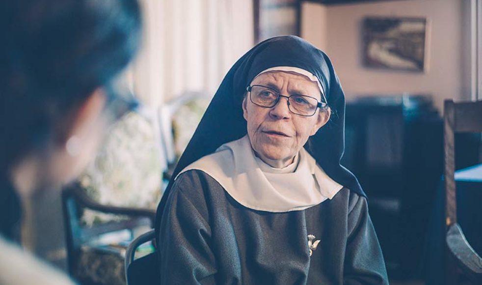 Syster Karin har alltid haft ett stort samhällsengagemang och säger: »min förhoppning är att jag åtminstone ska få bli ihågkommen som en sten i skon, som skaver litegrann, och ni vet – till slut måste man ta av sig skon«.