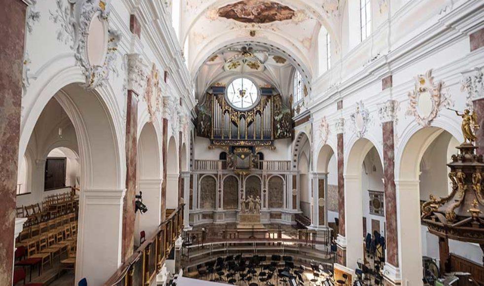 S:t Annas kyrka i Augsburg är unik. Den är både katolsk och protestantisk i samma kyrkorum – beroende på vilket håll du vänder dig möts du av två olika stilar. Här undertecknades 1999 dokumentet som slår fast att den katolska och reformerade kyrkan delar samma försoningslära.