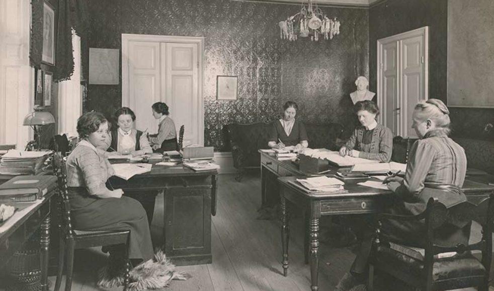 Kontorslandskap då som nu. Året var 1912 och arbetet flöt fint på Mäster Samuelsgatan 34, i Stockholm.