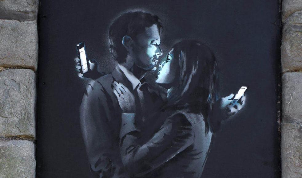 Smith kallar sociala medier för »narcissistiska liturgier« eftersom de styr vår uppmärksamhet mot oss själva och hur vi framstår i andras ögon.
