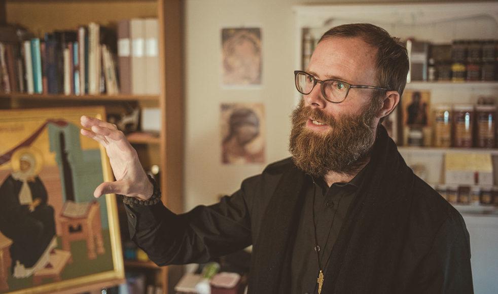 Robin Johansson strävar efter ett växande andligt liv och en fördjupad teologisk förståelse. Att måla ikoner i den här miljön ger honom en erfarenhet av andlig fördjupning.