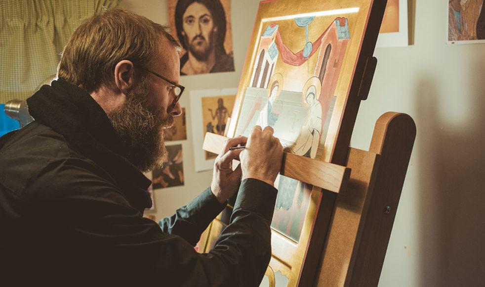 – Vissa saker kan man förstås läsa sig till. Andra saker måste man se en ikonmålare göra. Men huvudvägen är att måla. En av mina ikonlärare, Georgi Gashev, brukar säga att du måste måla 100 ikoner innan du kan göra det bra, säger Robin.