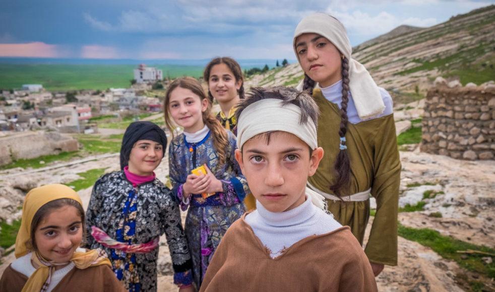Alqosh, också kallat »den sista kristna byn i Irak«, är det enda kristna fästet på Nineveslätten som inte ockuperades av IS. Barnen på bilden genomför ett rollspel utifrån profetiorna som talats ut över staden. Bild: Dagmawit Alemayehu