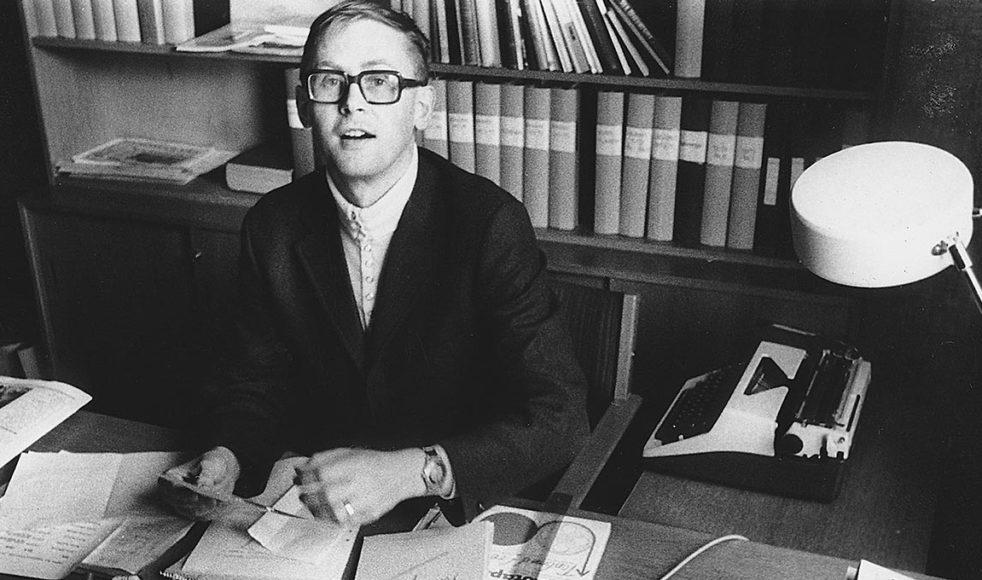 Agne vid skrivbordet  under sin tid som rektor vid Johannelunds teologiska högskola.