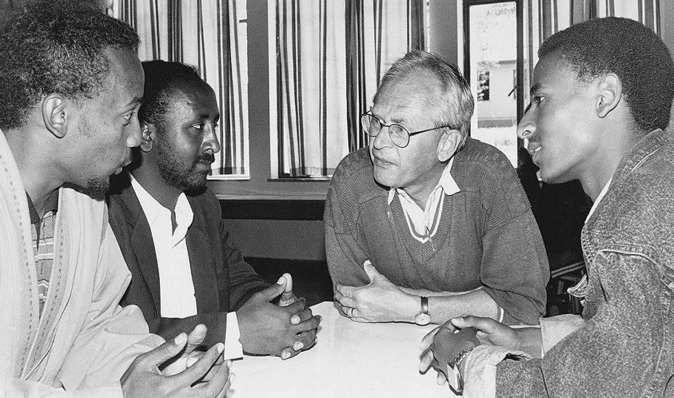 Agne samtalar med  afrikanska vänner på besök i Sverige.