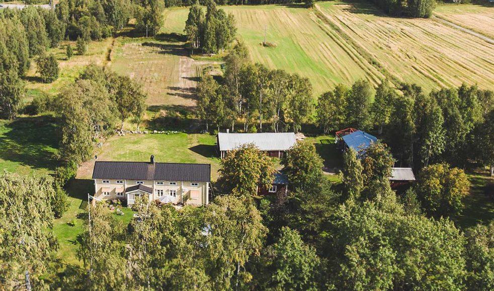 Överblicksbild över det 275 år gamla huset i Porsnäs där »den bedjande modern« bodde.
