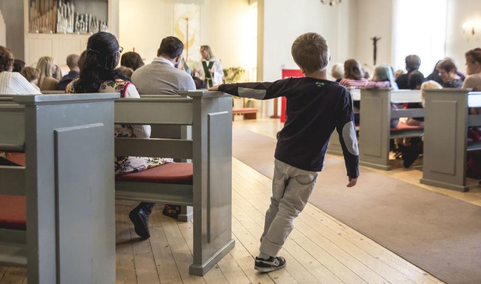 Många läger och evenemang ställs nu in och gudstjänster har fått övergå till att firas digitalt via webben.  Här en gudstjänst i Grisbackakyrkan, Umeå. Bild: Johan Gunséus