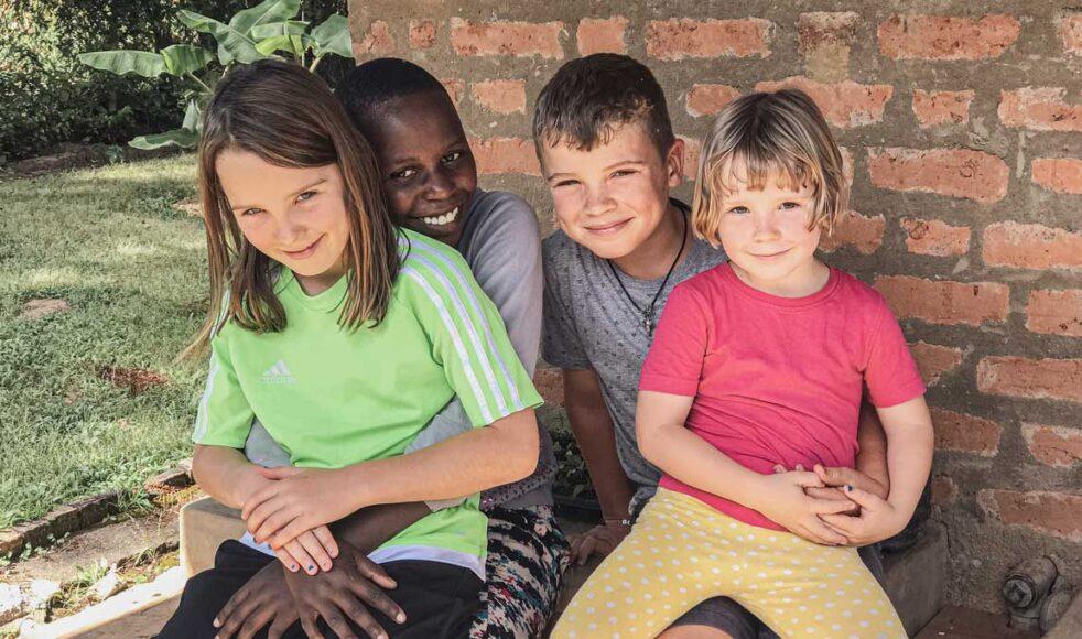 Att ha tanzaniska »ndugu« tycker Klara, Alfred och Ingrid Sandahl är superbra. Bild: Nora Sandahl