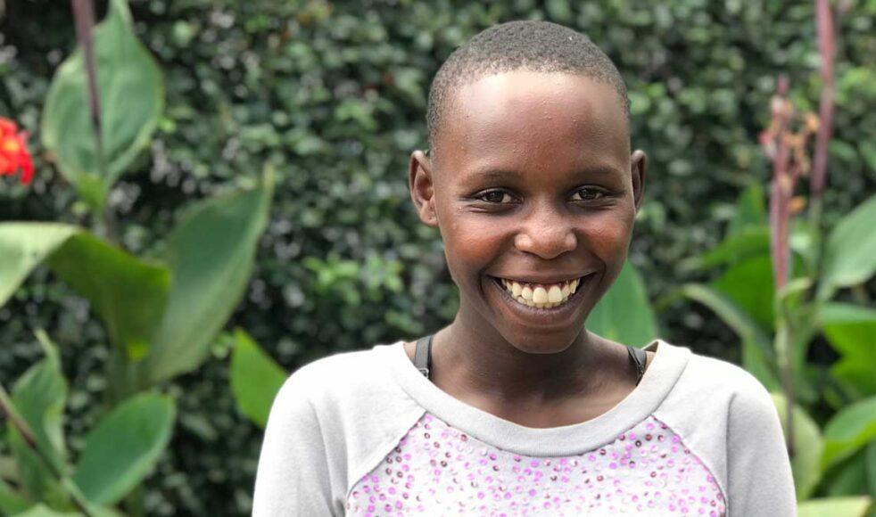 Dorin kallas för Dolly och är 14 år gammal. Hon kunde nästan ingen engelska innan hon började på högstadiet. Nu går hon i motsvarande 9:an. All undervisning är på engelska och det är inte lätt. Men Dolly ger inte upp, med en massa kämpaglöd har nu hon lärt sig bra engelska och varje dag vill hon lära sig mer.