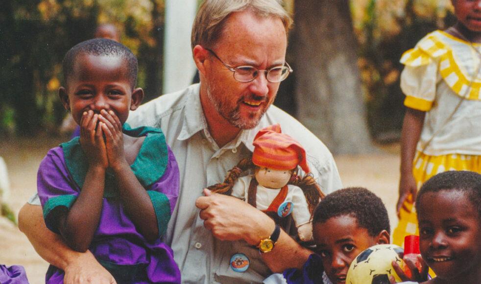 Ulf med söndagsskolebarn och dockan Haki. Han har vigt sitt liv till att stärka barns och kvinnors rättigheter i Tanzania, något som har gjort att han har fått mothugg från en del män – även i kyrkan. Bild: Tomas Pettersson