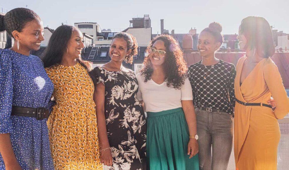 Den eritreanska församlingen i Betlehemskyrkans tigrinjatalande ungdomsgrupp har utvecklat ett syskonliknande band, säger ledaren Elilta Tekeste, här tillsammans med tjejerna i gruppen. Bild: Dagmawit Alemayehu