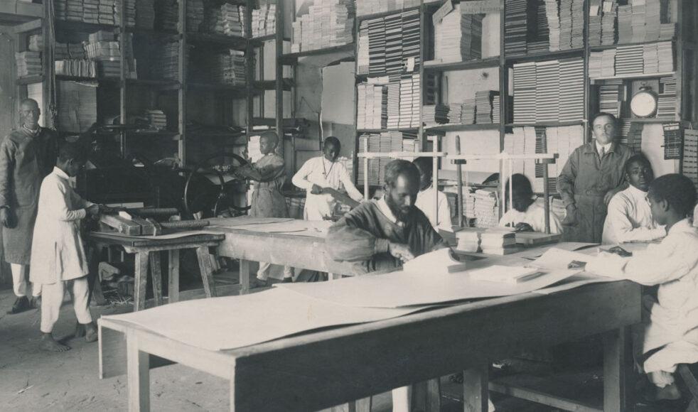 Tryckeriet i Asmara med föreståndaren Enrico Coiison stående till höger. Det flyttades från Massaua till Asmara år 1900.