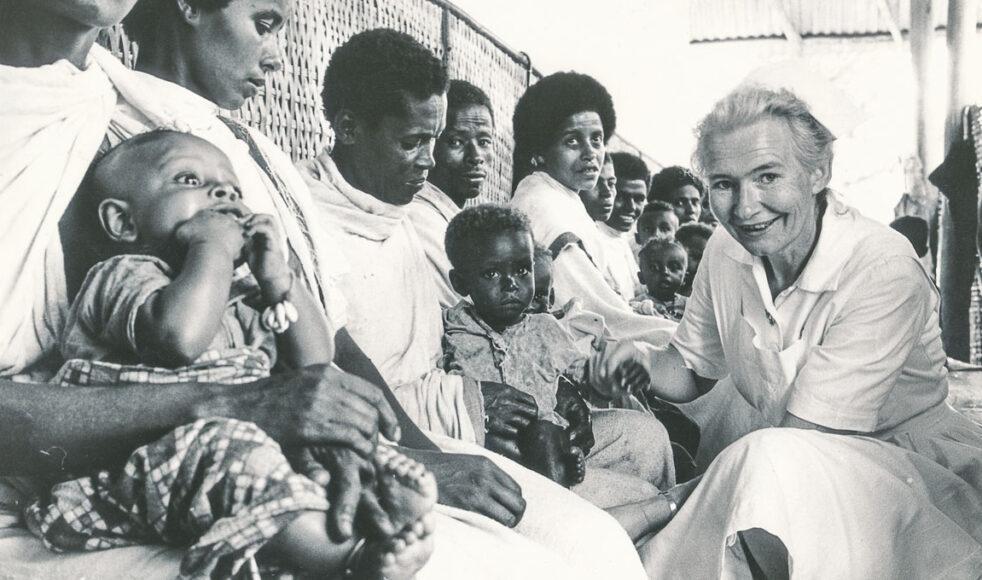 Lydia Larsson undersöker de som sökt vård på en klinik i Etiopien. Bilder: EFS arkiv