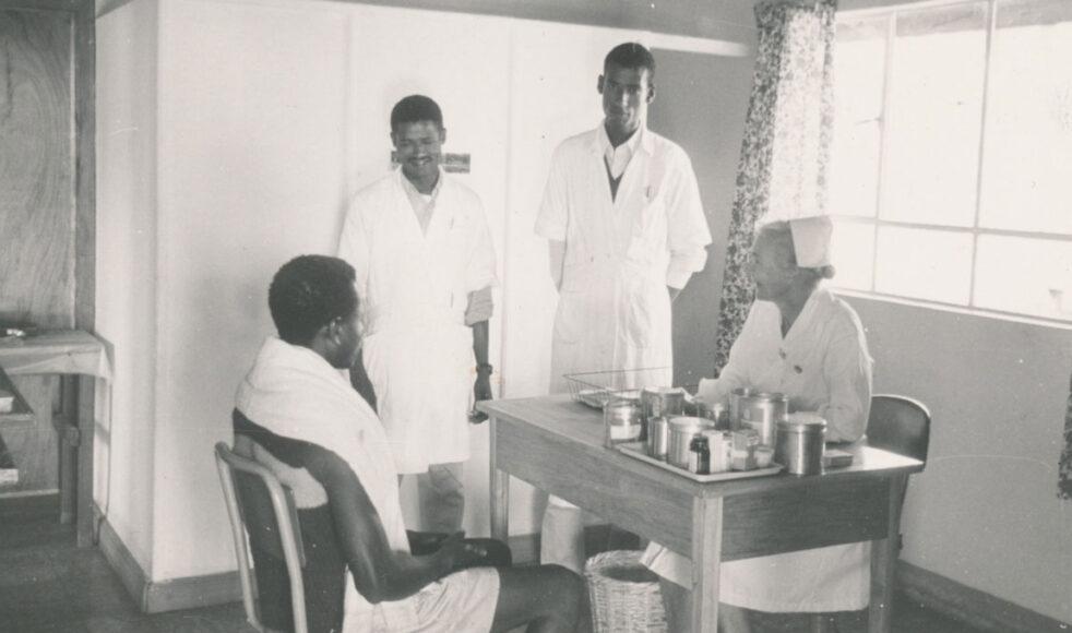 Lydia tillsamans med en patient och två lokala sjukvårdspersonal.