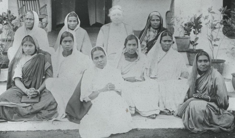 Vivi Rinman med infödda kvinnliga medarbetare i Chhindwara 1931.