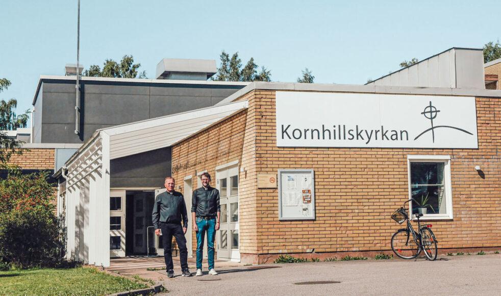 Efter 32 år som präst i Kornhill, avslutar Per-Eive nu uppdraget.  Här står han bredvid sin efterträdare Jonatan Wolfbrandt. Bild: Nathalie Bencic