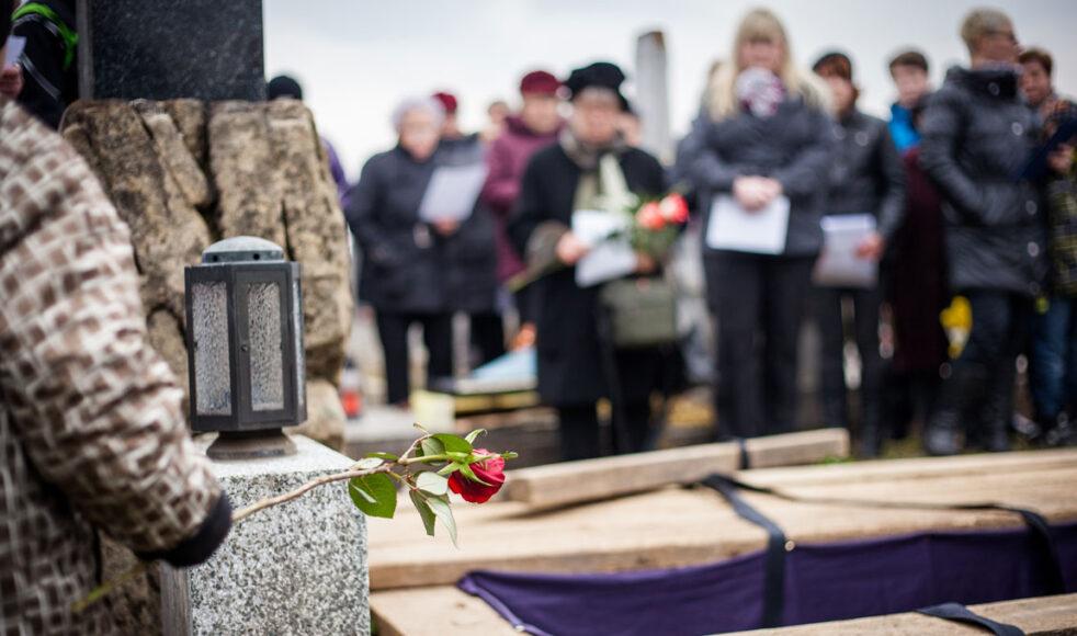 Fler än åtta får närvara vid begravning. Bild: Adobe stock