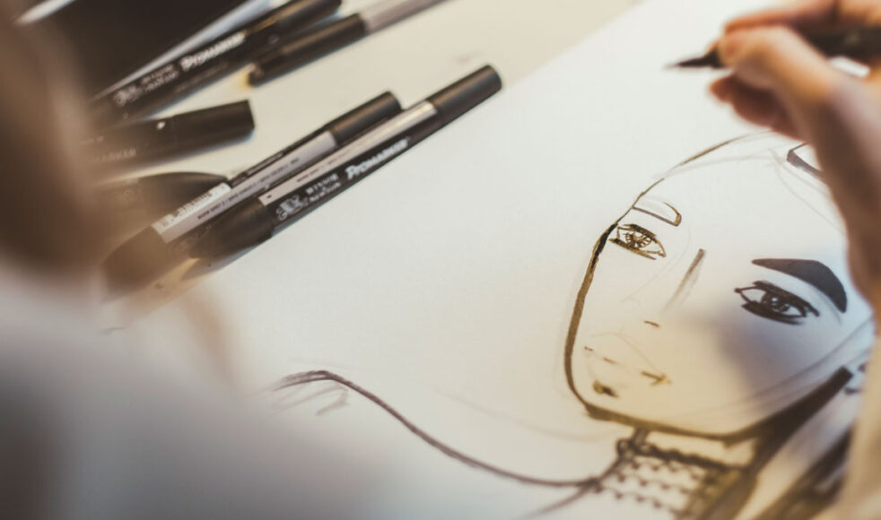 Sara Woodrow kombinerar akryl, torrpastell och tusch i en analog och digital kombination. Här tecknar hon en målning på fem minuter.