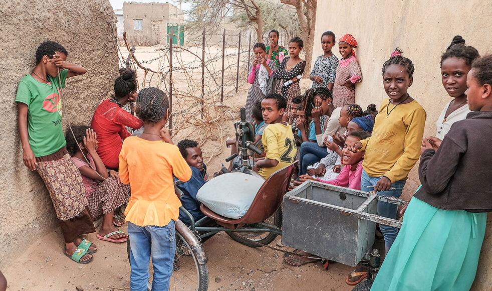 Några av barnen på fritidsgården i Rama som EFS stödjer under ett besök sommaren 2018. Just nu är läget för fritidsgården högst osäkert och själva byggnaden är förstörd. Bild: Jakob Arvidsson