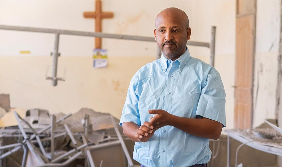 DASSC:s direktor Desta Hadera står mitt i Mekane Yesus-kyrkans söndersprängda kontor i Mekelle.