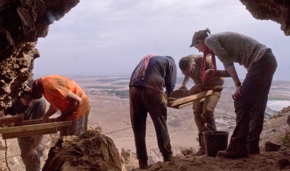 Skräckgrottan ligger i området Qumran på Västbanken vid Döda havet.