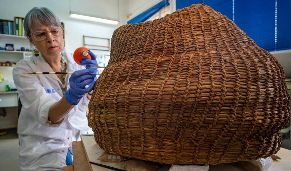 Den uråldriga korgen som hittades i samband med utgrävningarna.