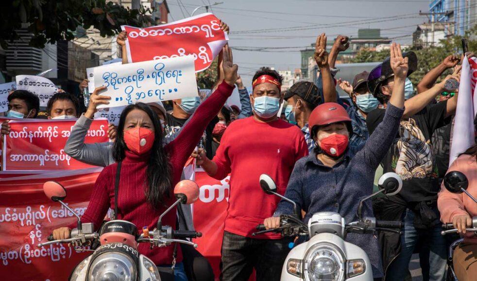 Människorna i Myanmar protesterar mot militärkuppen, trots att de riskerar både våld och arresteringar. I skrivande stund har cirka 600 människor dödats och tusentals har arresterats sedan militären tog makten. Bild: San Heuer