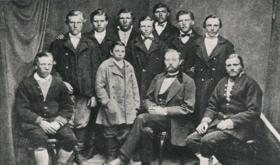 Estlandsmissionären Thure Emanuel Thorén med sina seminarieelever i Paschlep (Nuckö, Estland). På hösten 1873 började Thorén utbilda nio unga män till lärare.
