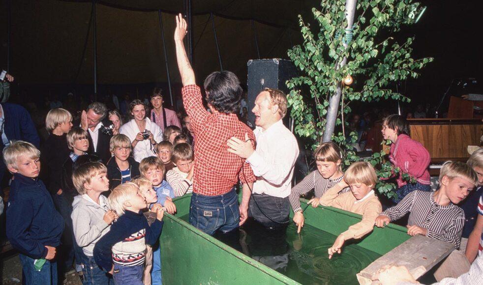 Dop i en portabel dopbassäng under en sommarkonferens i slutet av 1970-talet.